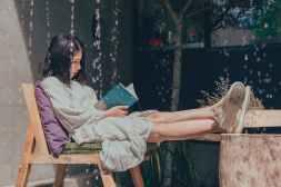Reading is wonderful. Image via Pexels.