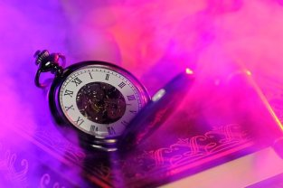 If your story grips you, all sense of time will go! Image via Pixabay.