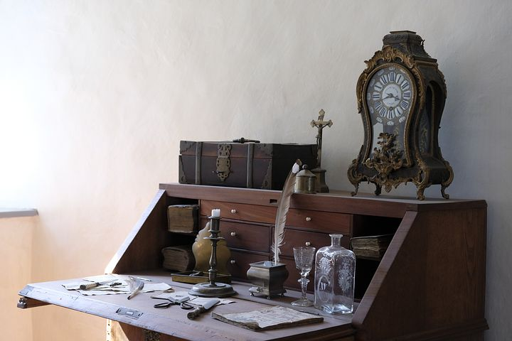 LIKES POST - Far too elegant a desk for me! Pixabay image